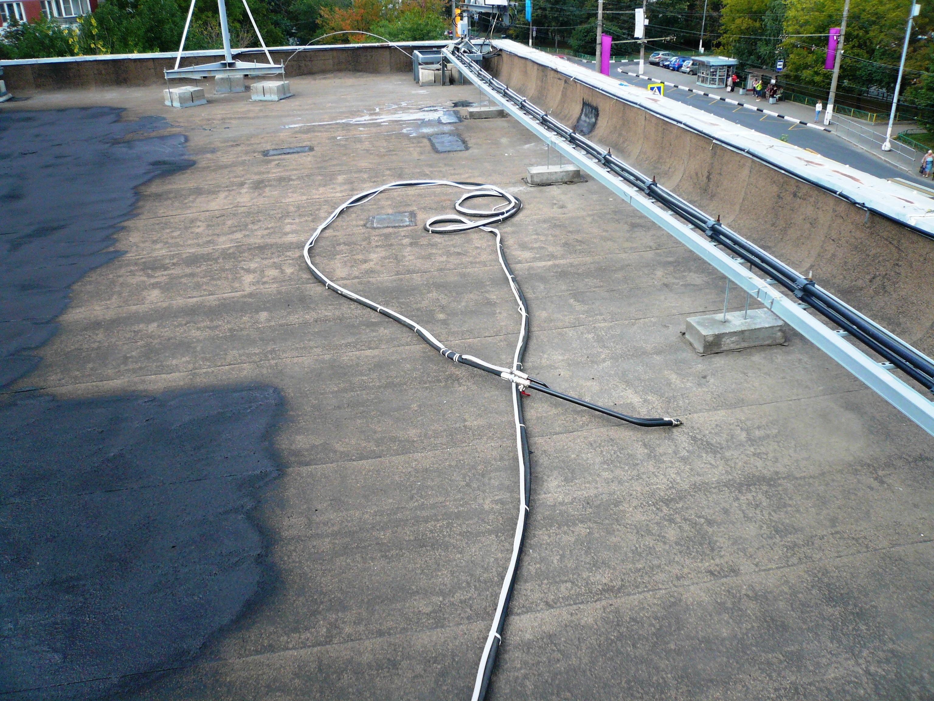 Положить профнастил на гидроизоляцию